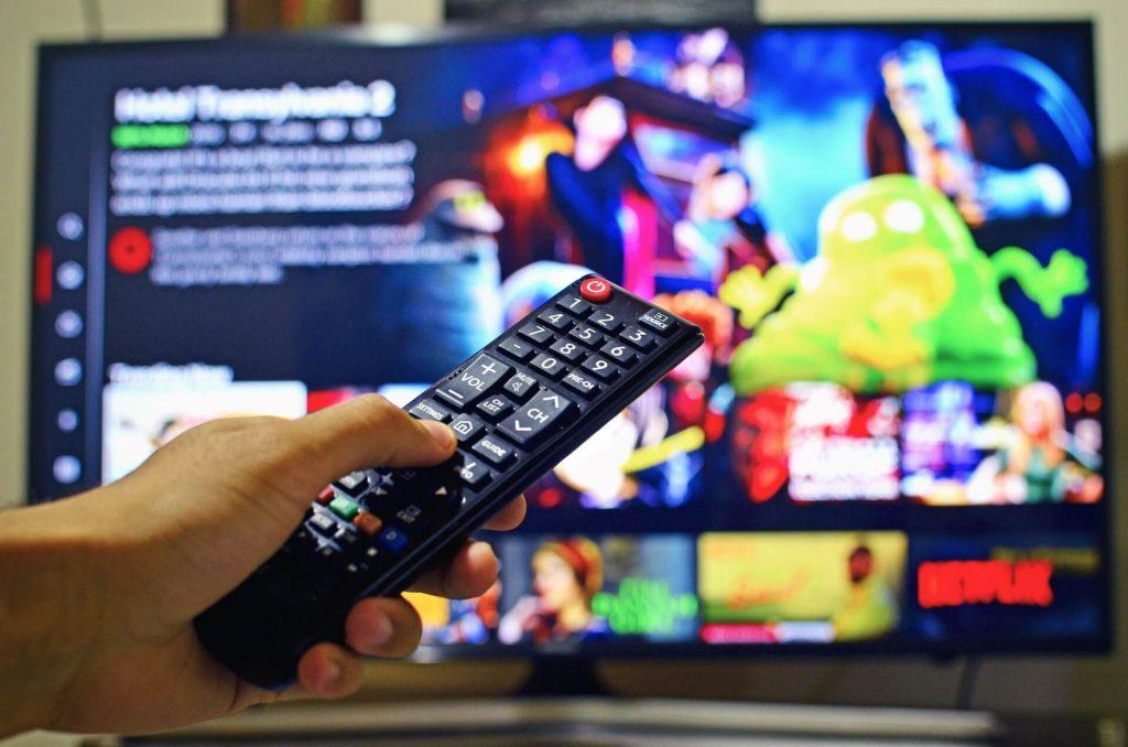 Mando a distancia y televisión con Netflix en pantalla
