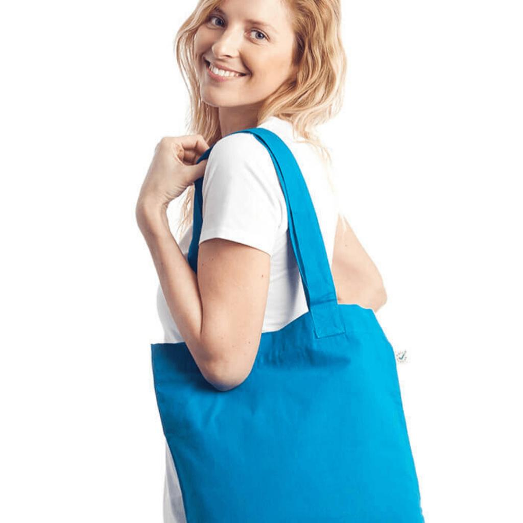 mujer con bolsa de tela